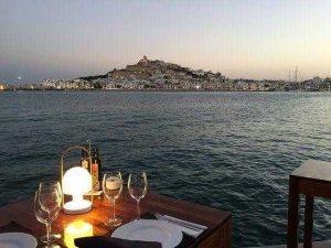 foto de cena romántica con una acompañante en Ibiza